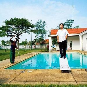 Philippe Zhang pose devant sa villa, ancienne résidence du consul d'Allemagne. (Paolo Woods)