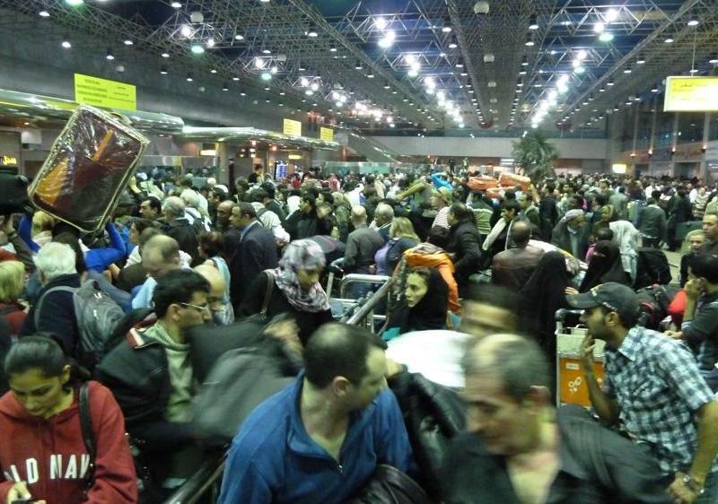 À l'aéroport du Caire, la confusion régnait: des hordes de touristes, d'expatriés et d'Égyptiens angoissés tentent à tout prix de quitter le pays.
