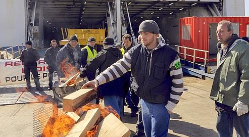 Des salariés de l'Union navale de Marseille (UNM) bloquent un ferry le 7 mars 2009 au port autonome de Marseille. (Illustration).