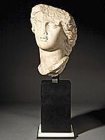 IIe-Ier siècle avant J.-C. Tête féminine en marbre.