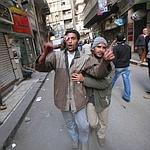 Des manifestants blessés s'aident mutuellement.