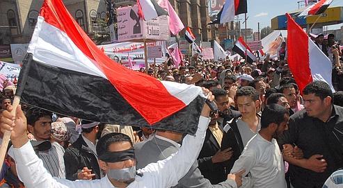 Galvanisés par la révolte égyptienne, des dizaines de milliers d'opposants au chef de l'État yéménite, Ali Abdallah Saleh, ont battu le pavé jeudi à Sanaa, exigeant un changement de régime.