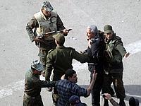 L'armée égyptienne s'interpose entre des manifestants pro et anti- Moubarak.