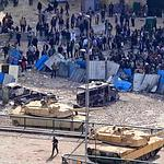 Des tanks de l'armée se sont positionnés en face des manifestants anti-Moubarak, près de la place Tahrir, jeudi.