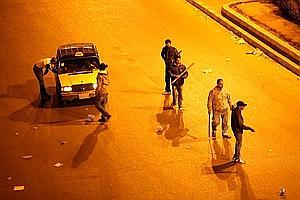 Des milices de quartier contrôlent des véhiculent, mercredi, au Caire. (Illustration).