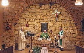 La chapelle, cœur battant du monastère : à gauche de l'autel l'icône de la Vierge rapportée de de Tibihirine, désormais solidement accrochée, ici, au Maroc.