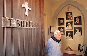 Près de la chapelle, le «mémorial» et les photos de sept frères décapités. En bas à droite, celle du frère Amédée, également rescapé de Tibihirine et décédé ici, à Midelt, au Maroc.