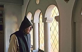 Frère Jean-Pierre chante les offices d'une voix de jeune homme; dans son regard, la gravité, mais aussi une intense joie intérieure.