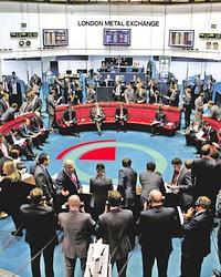 Le cœur de la City bat au rythme endiablé du cours du cuivre, star de la Bourse des métaux de Londres. Les traders y officient encore à la criée, autour de la corbeille, appelée le Ring.