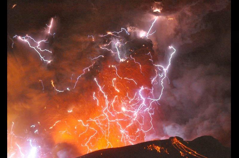 <b>ORAGE VOLCANIQUE.</b> On pourrait croire à la conjonction d'un orage d'été et d'une éruption volcanique, mais ces éclairs ne tombent pas du ciel. Ils jaillissent bel et bien d'un cratère et leur formation à l'intérieur d'un nuage de cendres n'a rien d'exceptionnel : c'est l'électricité statique dégagée par la friction des matières projetées lors d'une éruption qui les engendrent. Photographié cette semaine au-dessus du mont Shinmoe, dans le sud du Japon, le phénomène est toutefois particulièrement visible sur ce cliché, en raison de l'extraordinaire densité des matières rejetées. Assoupi depuis 1959, ce volcan s'est rattrapé en expulsant certains blocs de magma à plus de deux kilomètres de hauteur !
