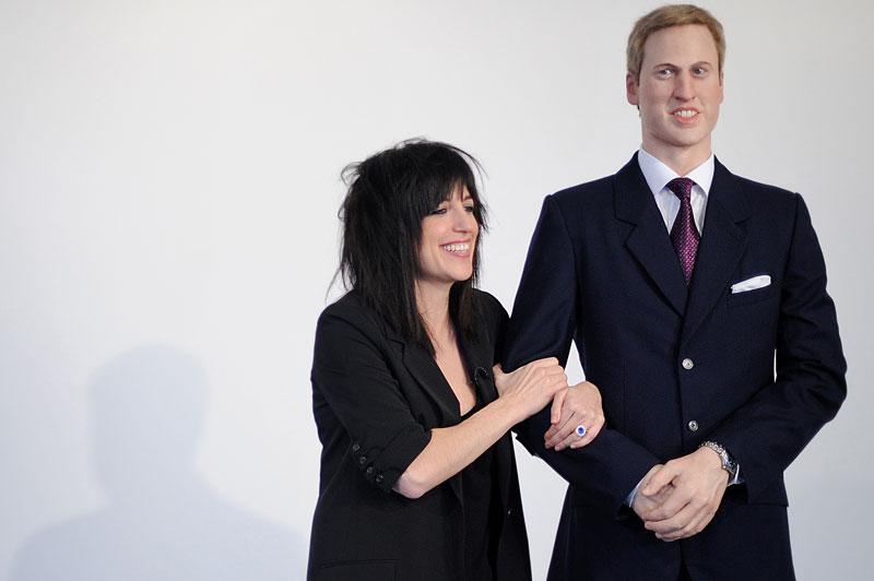 À Londres, une exposition proposée par l'artiste américaine Jennifer Rubell invite les visiteuses à poser aux côtés d'un prince William de cire et à se mettre dans la peau de sa fiancée, Kate Middleton. Les princesses d'un jour passeront leur bras sous celui de prince héritier, et glisseront le doigt dans la célèbre bague de fiançailles, comme ci-dessus, lundi 7 février.