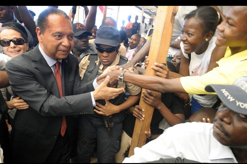 L'ancien dictateur haïtien, Jean-Claude Duvalier, a été ovationné par plusieurs milliers de personnes, mardi 8 février, lors d'une visite à Léogâne (au sud-ouest de Port-au-Prince) où il s'est recueilli sur la tombe de ses grands-parents, au lendemain du 25e anniversaire de sa chute, en 1986.