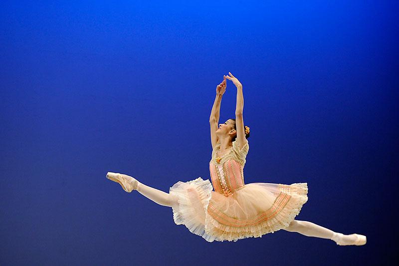 Début février, au terme du 39e Prix de danse de Lausanne, sept jeunes danseurs ont obtenu une bourse d'étude dans l'une des écoles ou compagnies partenaires. Parmi les lauréats, la Brésilienne Mayara Magri, de l'École de Ballet de Rio, ici en pleine représentation.