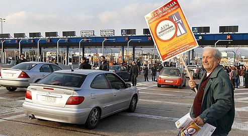 Le mouvement de citoyens dénonce la hausse des prix ainsi que la dégradation des autoroutes (ici à Athènes) avec des pancartes où est inscrit: «Non aux péages, je ne paie pas».