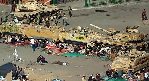 Des manifestants campaient au pied des chars de l'armée, sur la place Tahrir, mercredi au Caire.