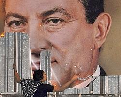 Un Égyptien déchire une affiche représentant Moubarak, le 25 janvier dernier.