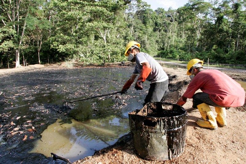 L'accusation portait sur les agissements, dans les années 70-80, de Texaco , une compagnie depuis absorbée par Chevron. D'après les plaignants, Texaco aurait versé dans des fosses à ciel ouvert ses déchets pétroliers qui ont ensuite contaminé sols et rivières. Sur ce cliché, des ouvriers nettoient en décembre 2007 un étang souillé. Chevron estime que les éventuels dommages entraînés par les opérations de Texaco relèvent de la compagnie d'État Petroecuador avec laquelle elle était en cheville à l'époque. Celle-ci a déjà versé 40 millions d'euros pour le nettoyage de la zone.