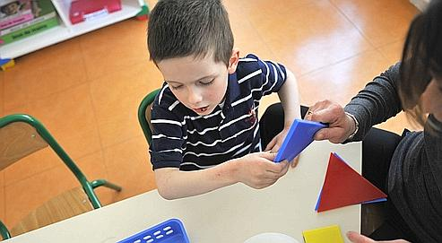 Les enfants atteints de dyspraxie souffrent d'un trouble de la coordination motrice. Ils peinent à dessiner, à écrire mais aussi à s'habiller ou tout simplement à lacer leurs chaussures. (Crédits photo : Franck Fife/AFP)