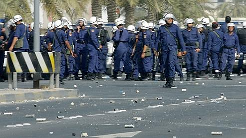 Policiers bahreïnis aux abords de la Place de la Perle, dans le centre de la capitale Manama.