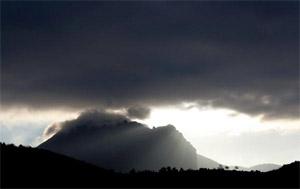 Depuis des décennies, le pech de Bugarach fait l'objet des rumeurs les plus folles. La montagne serait un «garage à ovnis» ou une base secrète pour les survivants de la fin du monde... (Gilles Bassignac/Le Figaro Magazine)