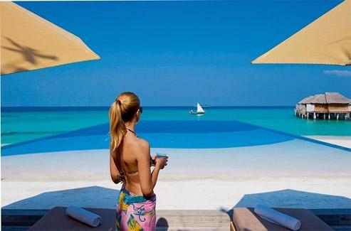 L'île privée du Beach House Maldives (collection des Waldorf Astoria Hotels) est dédiée aux robinsonnades en amoureux et à l'étude de la faune marine. (Franck Prignet/Le Figaro Magazine)