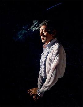 Qui est in, qui est out ? Serge Gainsbourg au temps de sa splendeur et de ses plus grandes chansons. Dans les années 60, il fut un dandy brillant ; dix ans plus tard, il ne restait qu'un homme prêt à tout pour le succès. (François Corbineau/Rapho/Eyedea)