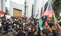 Des Tunisiens manifestent leur soutien à la révolte anti-Kadhafi devant l'ambassade libyenne.