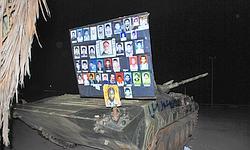 Un panneau avec des photos de personnes tuées par la violente répression libyenne. Photo prise à Benghazi dans la nuit de lundi à mardi.
