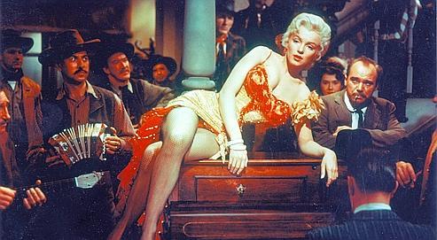 Dans Rivière sans retour (1954), d'Otto Preminger, Marilyn Monroe abandonne ses escarpins rouges de chanteusede saloon pour suivre Robert Mitchum.