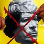 Un manifestant anti-Kadhafi devant le consulat libyen à Istanbul.