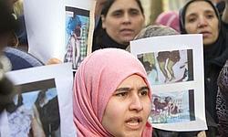 Des manifestants devant l'ambassade libyenne à Paris, mardi.
