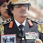 Kadhafi arborant une photo de résistants libyens.