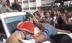 Les corps de deux supposés mercenaires africains lynchés par la foule le 20 ou le 21 février à Benghazi.