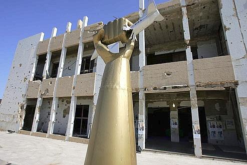 C'est de cette caserne, au centre du pouvoir libyen, que Kadhafi a prononcé son terrifiant discours de mardi. Crédits photo: AFP/JOHN MACDOUGALL.