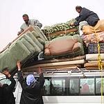 Des Egyptiens fuient la Libye jeudi.