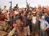 Des habitants de Benghazi et d'anciens soldats célèbrent leur nouvelle liberté.