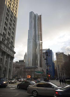 Le bâtiment, enveloppé d'une draperie métallique ondulante composée de 10.500 panneaux, est considéré comme le premier gratte-ciel «design» de l'ère digitale à NewYork.