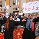 Des femmes manifestent en marge des funérailles de manifestants tués à Benghazi.