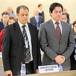 Adel Shaltut (à gauche) respecte une minute de silence en l'honneur de la «révolution» libyenne.