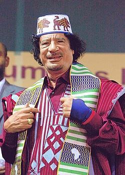 En 2008, il revêt un boubou pour présider un sommet africain. Il rêvait d'unir ce continent et de le diriger. Crédits photo : Abdel Magid al Fergany AP/SIPA.