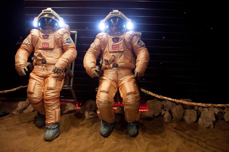 Afin de se préparer à la conquête de la planète rouge, une équipe de six astronautes isolés volontairement pendant 520 jours dans une reproduction d'un engin spatial de 160 m² essayent les nouveaux scaphandres Orlan de fabrication russe. L'expérience, baptisée Mars500, première du genre, a pour but d'observer les conséquences physiques et mentales qu'un tel voyage peut avoir sur l'homme.