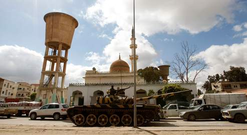 Un tank de l'armée libyenne surveille un carrefour, dans la banlieue de Tripoli. (Photo réalisée lors du circuit organisé pour les journalistes étrangers par le régime libyen.)