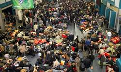 Des hordes de passagers s'entassent dans l'aéroport de Tripoli, dans l'espoir de décrocher une place sur un vol.