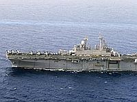L'USS Kearsarge, un porte-hélicoptères transport de chalands de débarquement, fait route en direction de la Libye.