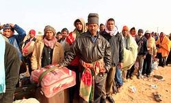 Des travailleurs étrangers attendent à la frontière tunisio-libyenne de pouvoir être évacués.