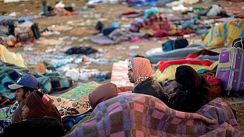 Des réfugiés bengladais qui ont fui les violences en Libye attendent de pouvoir être rapatriés lundi.