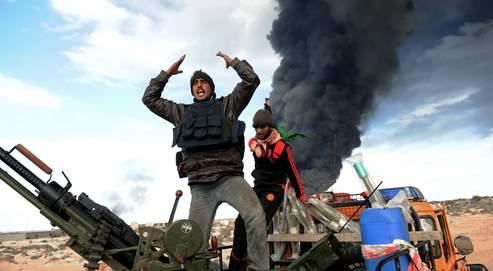 Dans les combats entre rebelles et forces loyalistes, un réservoir pétrolier a explosé, mercredi, dans le port de Ras Lanouf.