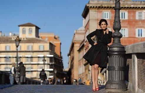 Sur le ponte Sisto. L'actrice possède un pied-à-terre à Rome, lieu de repli idéal entre deux représentations au Teatro Quirino. (Éric Vandeville/Le Figaro Magazine)
