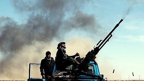 Des insurgés à l'est de Ras Lanouf, ce samedi.