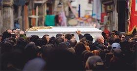 L'amore della morte. A Naples, le plus souvent, tout s'achève dans les larmes et le sang. La mort est omniprésente. «La morte dell'amore».